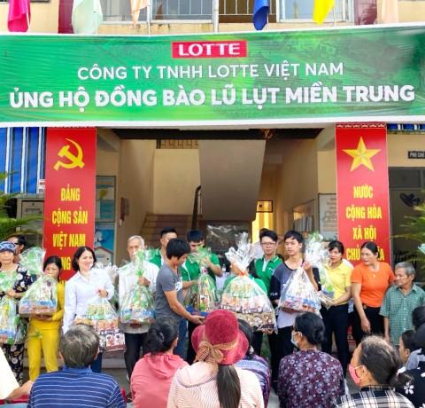 Công ty TNHH Lotte Việt Nam chung tay ủng hộ đồng bào lũ lụt miền Trung.